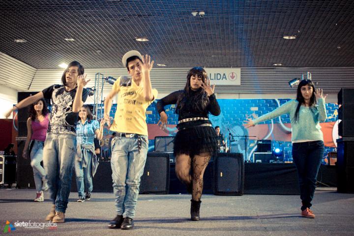 A bailar en grupo.